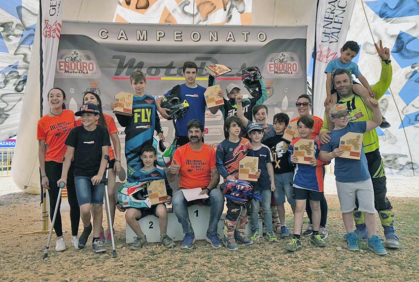 Participantes junto con los socios y simpatizantes del Moto Club Buñol.