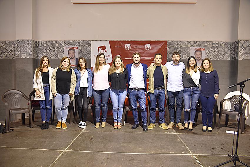 Mujeres y hombres que integran la candidatura de Esquerra Unida en Buñol que está liderada por Rafael Pérez.