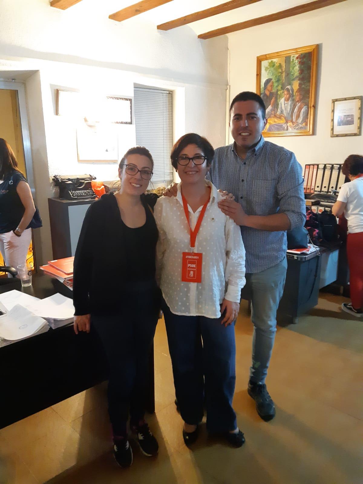 Marta Pérez junto a Juncal Carrascosa con Manuel Sierra.