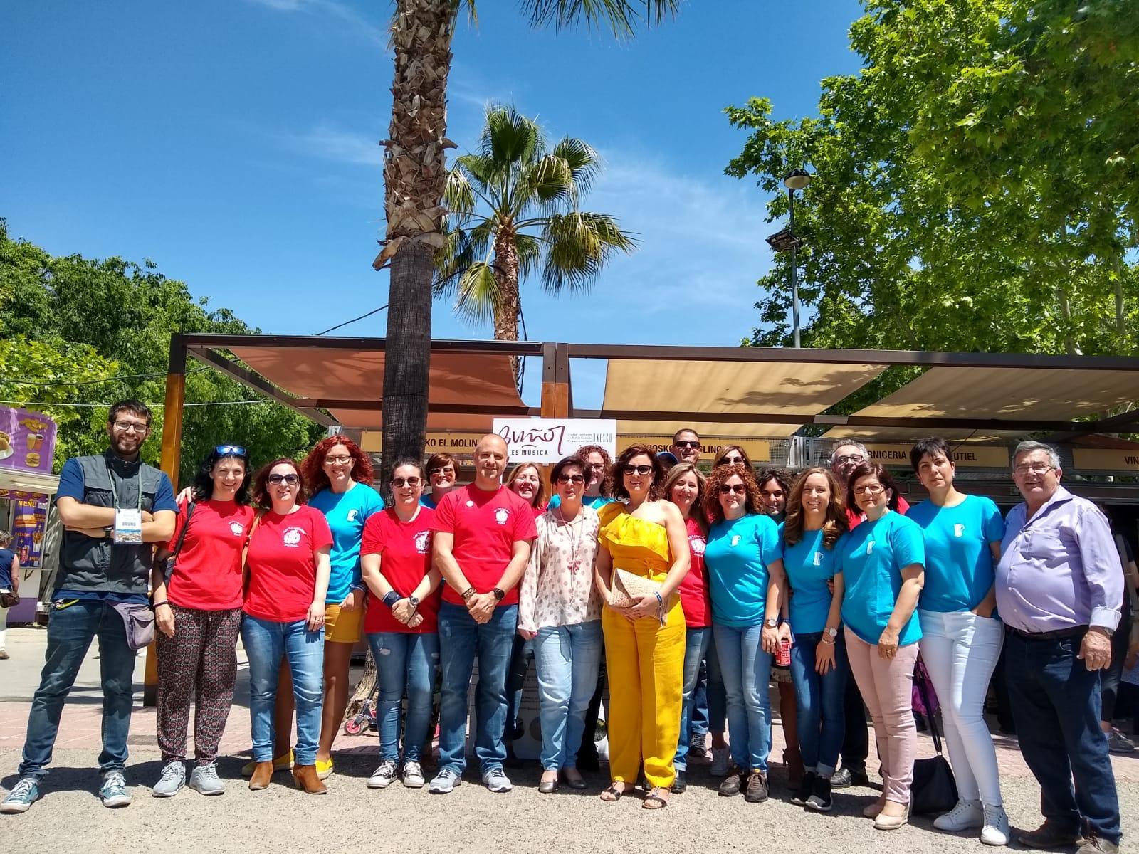 La alcaldesa, Juncal Carrascosa junto las directivas de las dos sociedades musicales de Buñol.