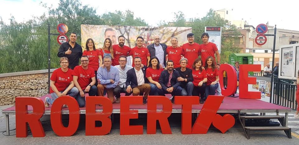 El candidato socialista a la alcaldía y actual alcalde de Riba-roja, Robert Raga, con la candidatura.