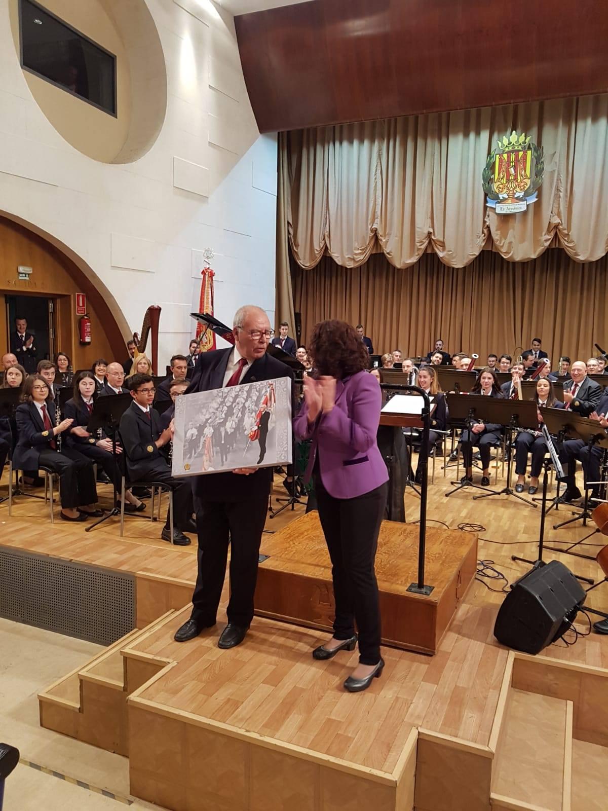 Manuel Vila García, abanderado de la Banda Sinfónica fue homenajeado por sus 30 años de dedicación.