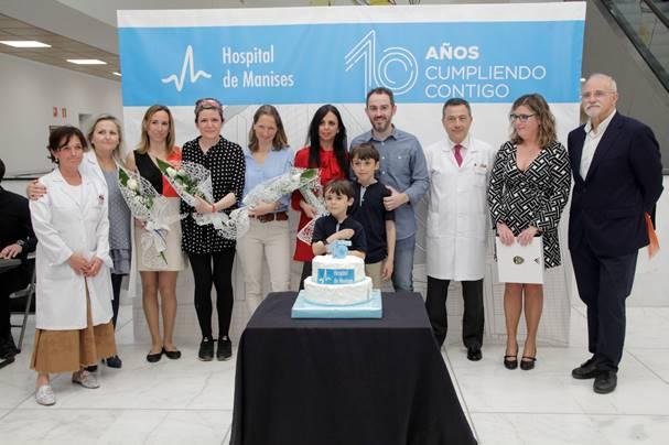 El Hospital de Manises celebra su décimo aniversario junto al primer bebé nacido en sus instalaciones.
