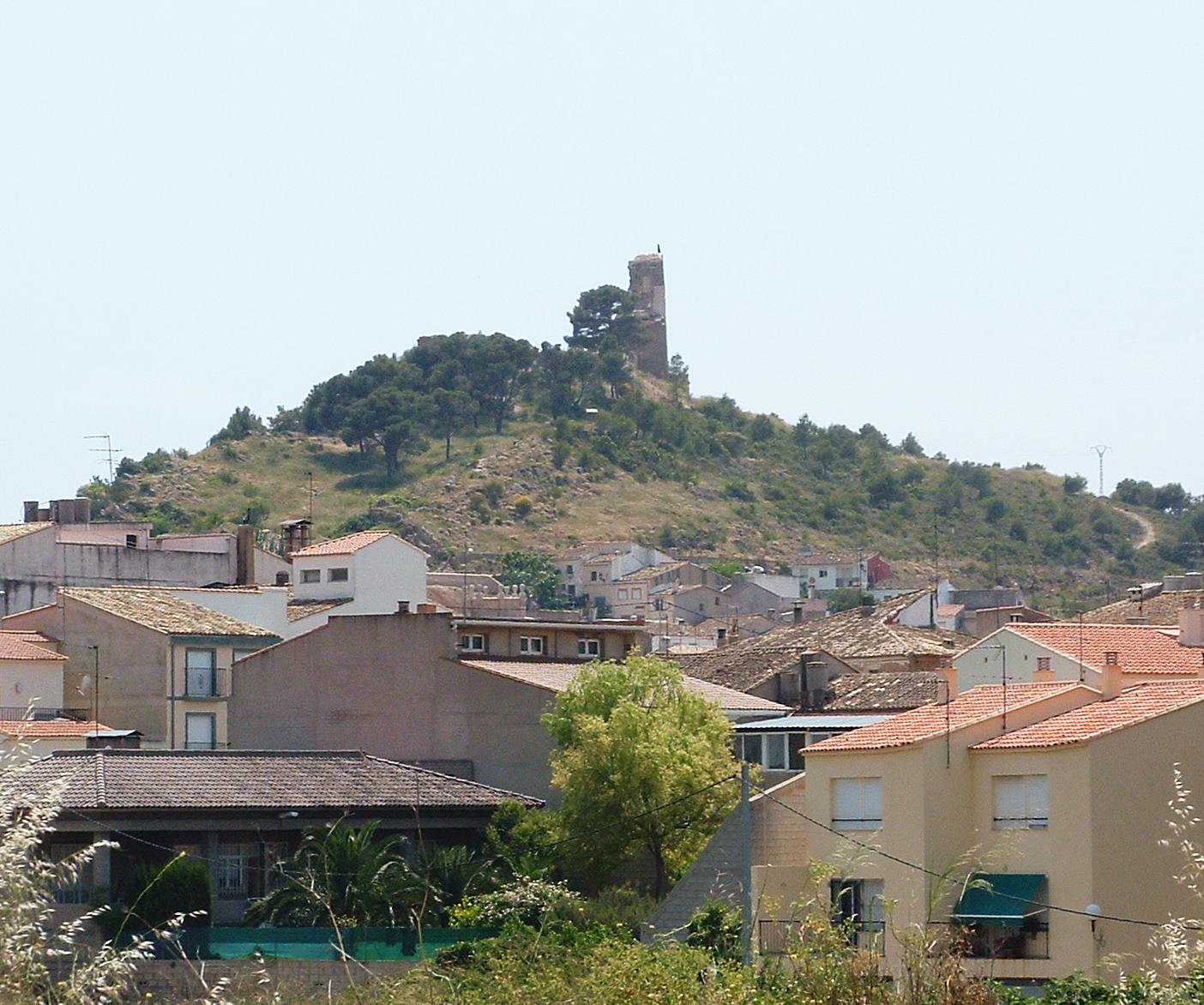 Una imagen de archivo del municipio de Macastre con su emblema, la torre del castillo.