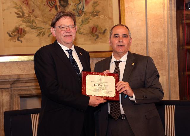El presidente de la sociedad, José Luis Pérez, ha entregado a Puig una placa con la que se le nombra presidente de honor de la Banda Primitiva.