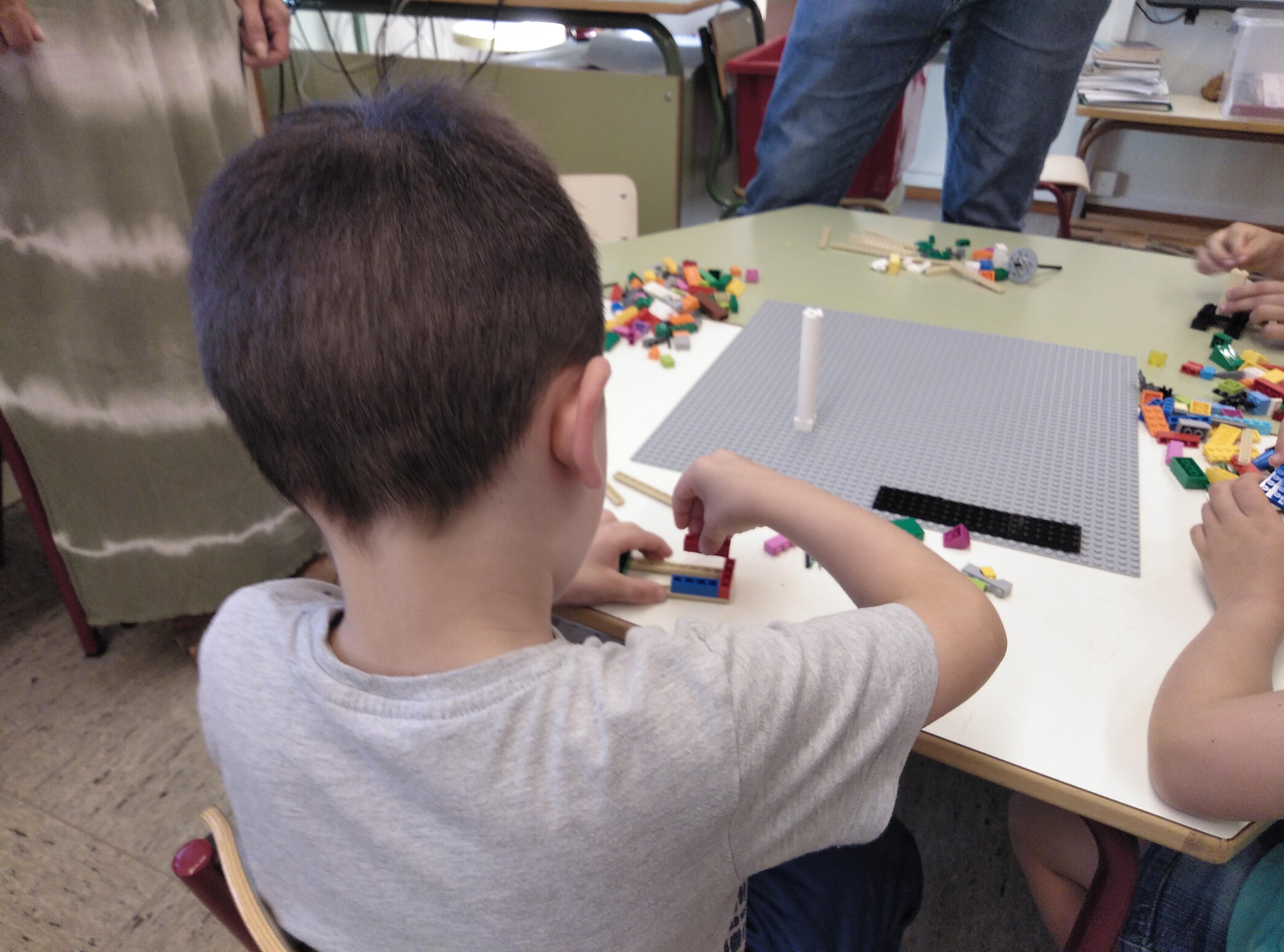 """Alumnado y familias del CEIP Blasco Ibáñez realizan una dinámica participativa dentro del proyecto """"Cheste Decide"""" para configurar patios inclusivos en su centro."""
