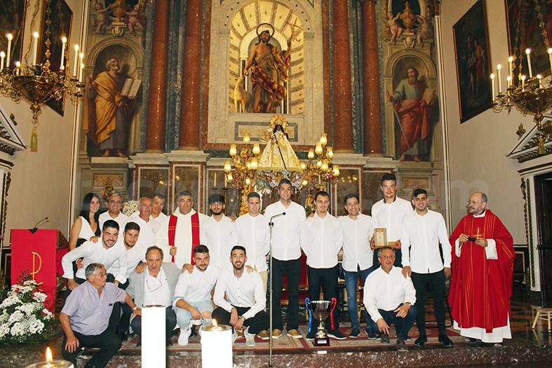 El Club de Futbol Chiva ofreció su trofeo a la Virgen.