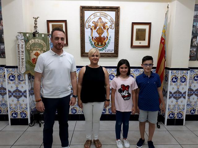 Iván Torres junto a la nueva Fallera Mayor, Silvia Torres Borredá, Ainhoa Agustí Iranzo, y Pablo Lashayas Blasco, Fallera Mayor y Presidente Infantil de 2020.