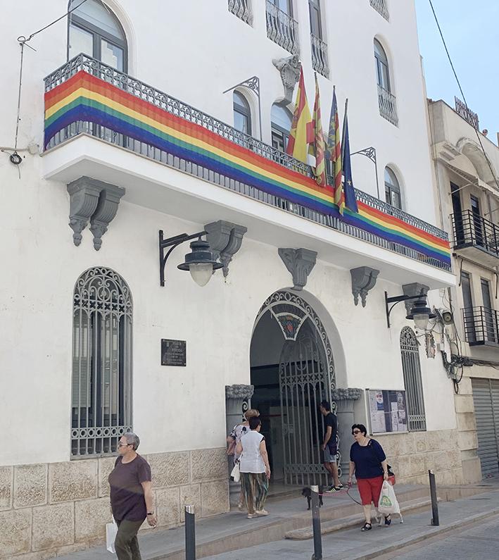 La bandera LGTBI rodea el balcón del Ayuntamiento de Buñol.