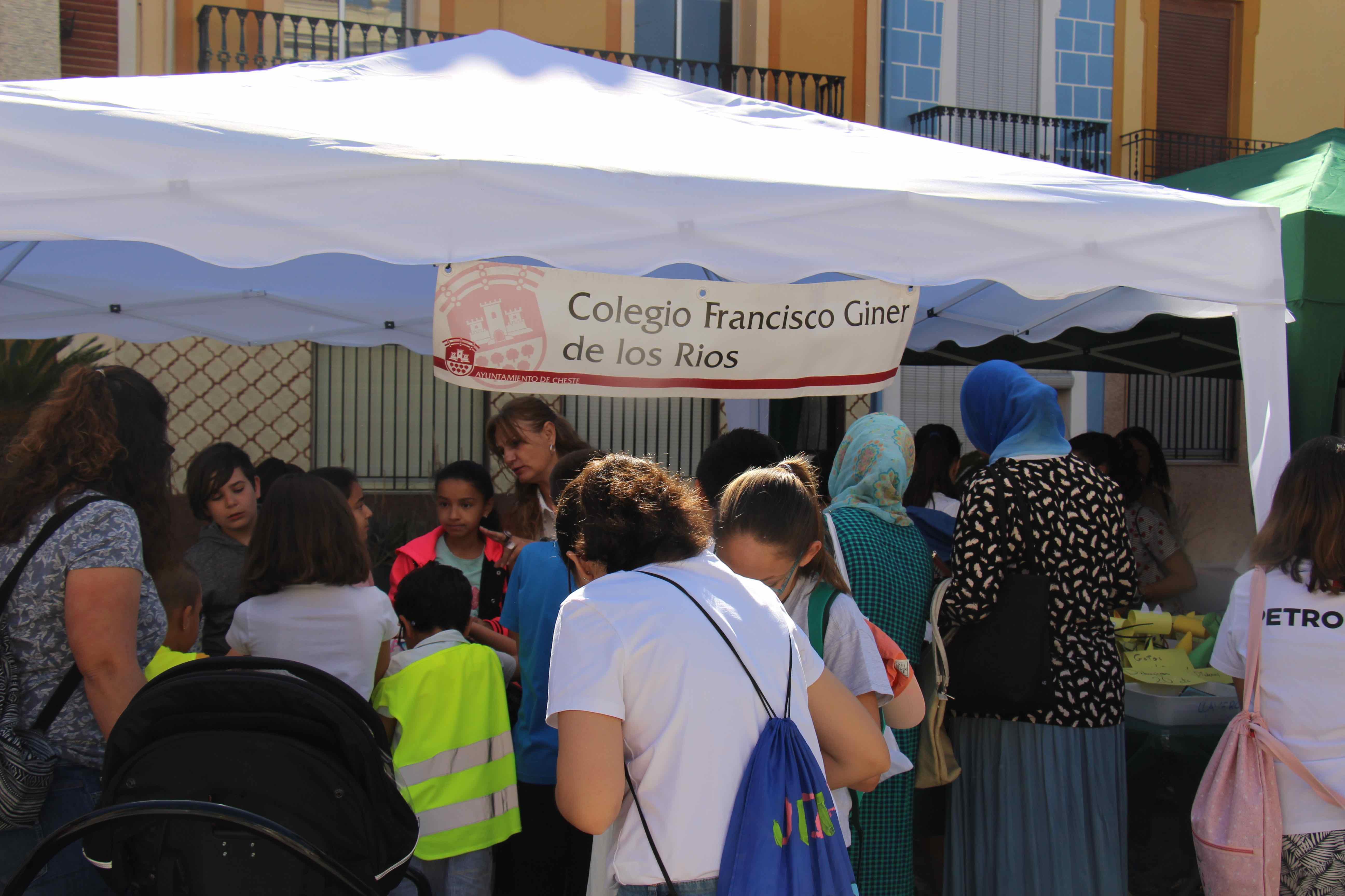 Los centros escolares de Cheste recaudan 1.061 euros en el mercadillo solidario 2019.