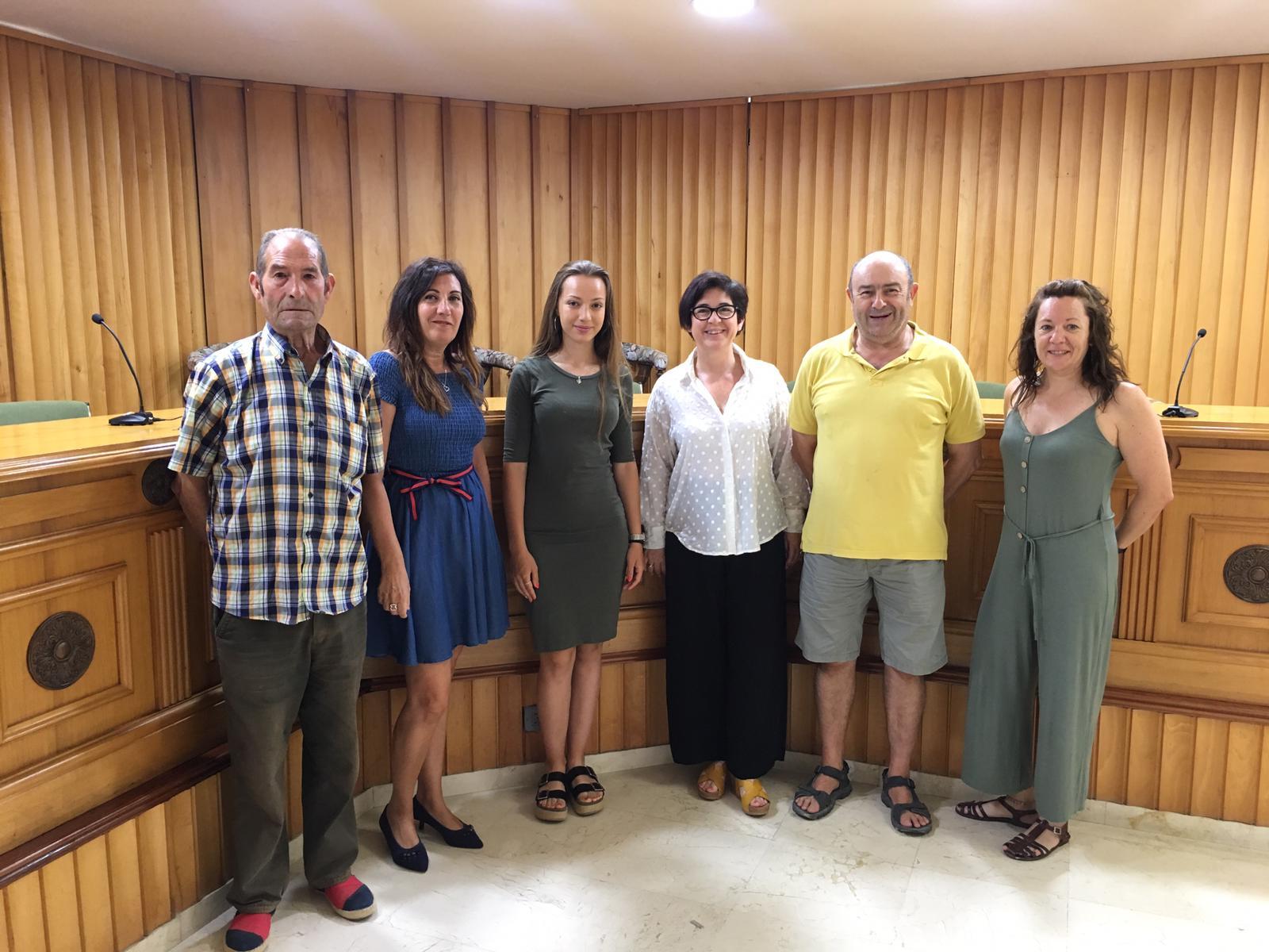 Carmen junto a la alcaldesa y algunos miembros de la Comisión de Fiestas.