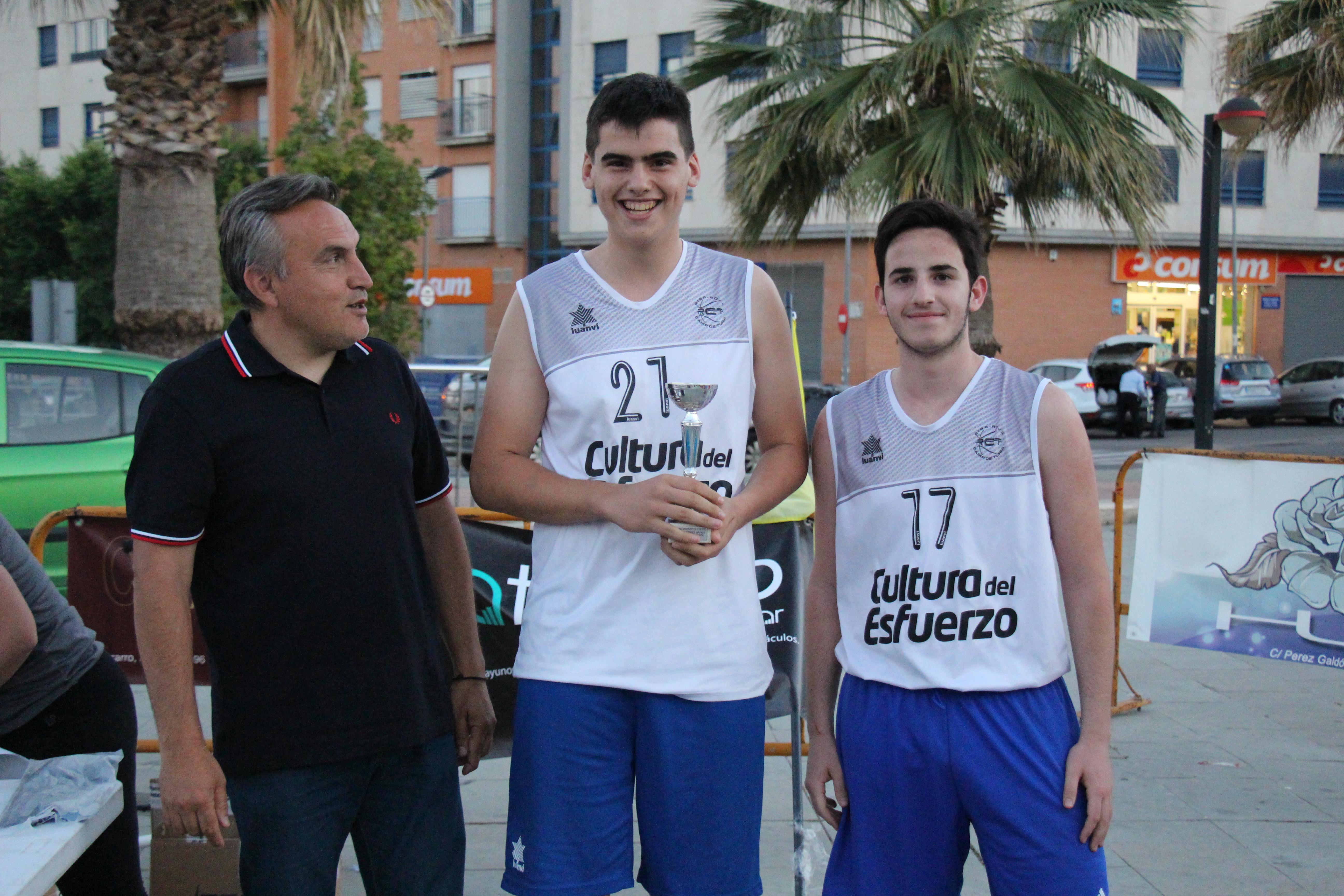 Alguno de los premiados en la modalidad Street Basket 2019, junto al concejal de Deportes, Paco Llorens.