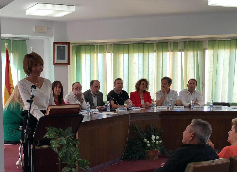 Teresa Hernández (PSOE) durante su toma de posesión en el Ayuntamiento de Siete Aguas.
