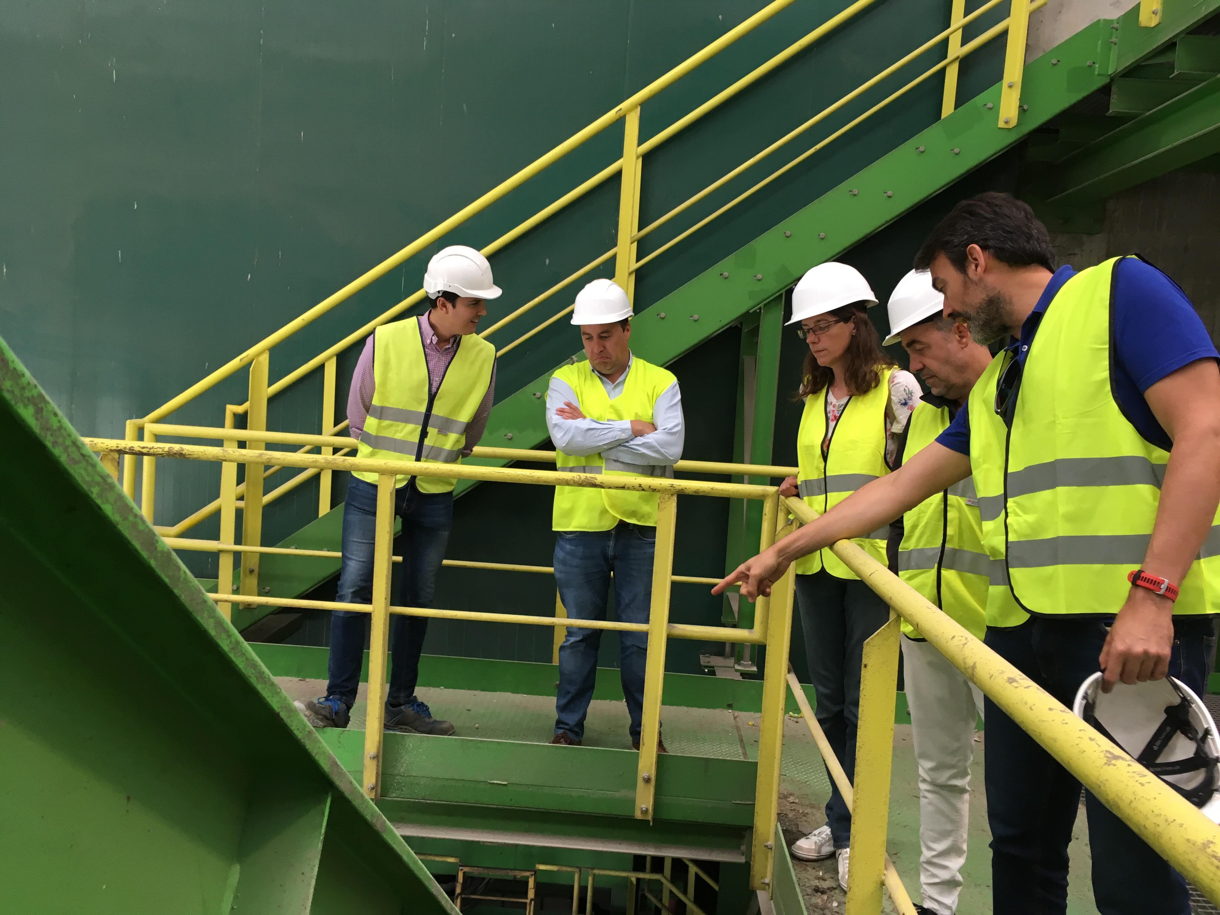 El gerente del CVI explica al presidente de Greenpeace el funcionamiento de la maquinaria de la planta.
