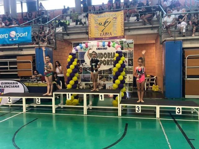 La joven gimnasta en el podio.