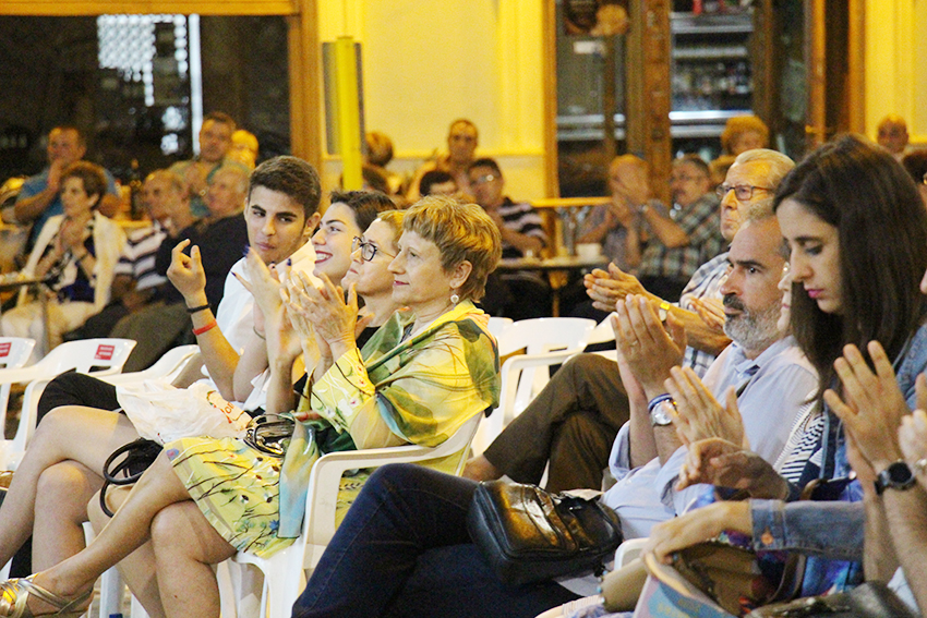 La concejala de Cultura, Mª Ángeles Llorente junto a Paola Casanova Salazar y Adrián Rodríguez García, quienes se encargaron de la presentación del programa del concierto.