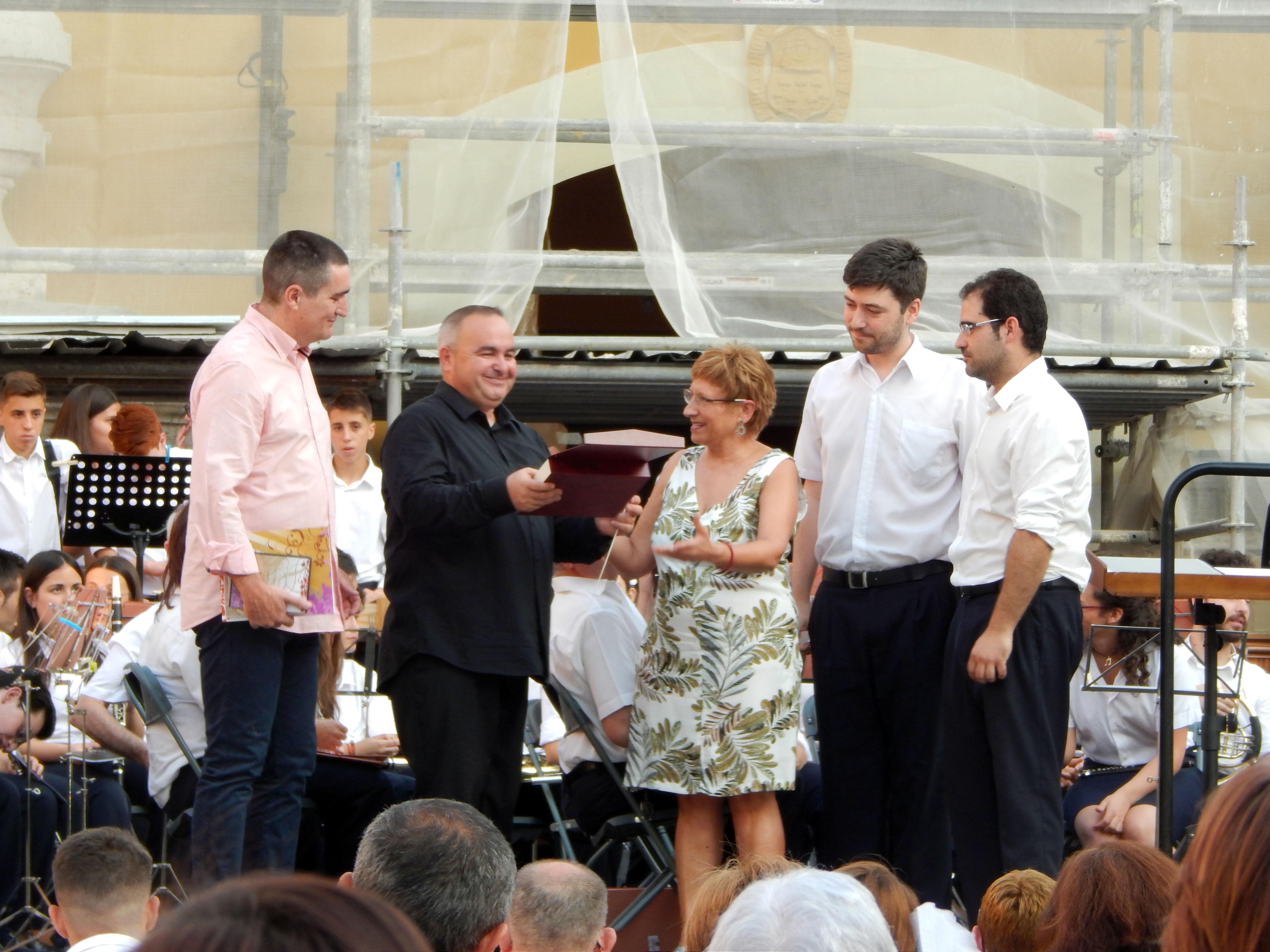 Entrega de una placa a la banda invitada de manos de la concejala de Cultura, Mª Ángeles Llorente.