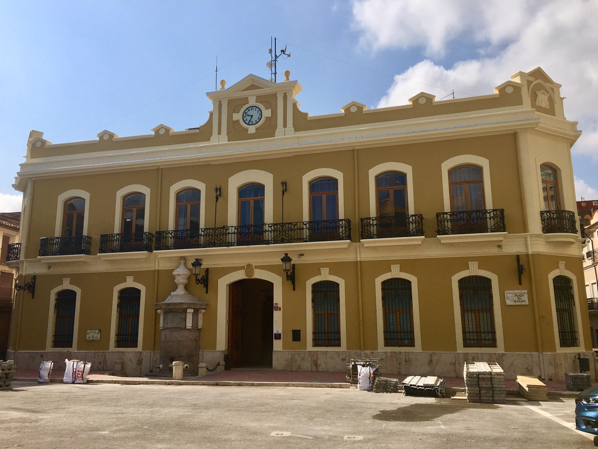 Tras un mes de intervenciones, la fachada del Ayuntamiento de Cheste ya luce restaurada y pintada