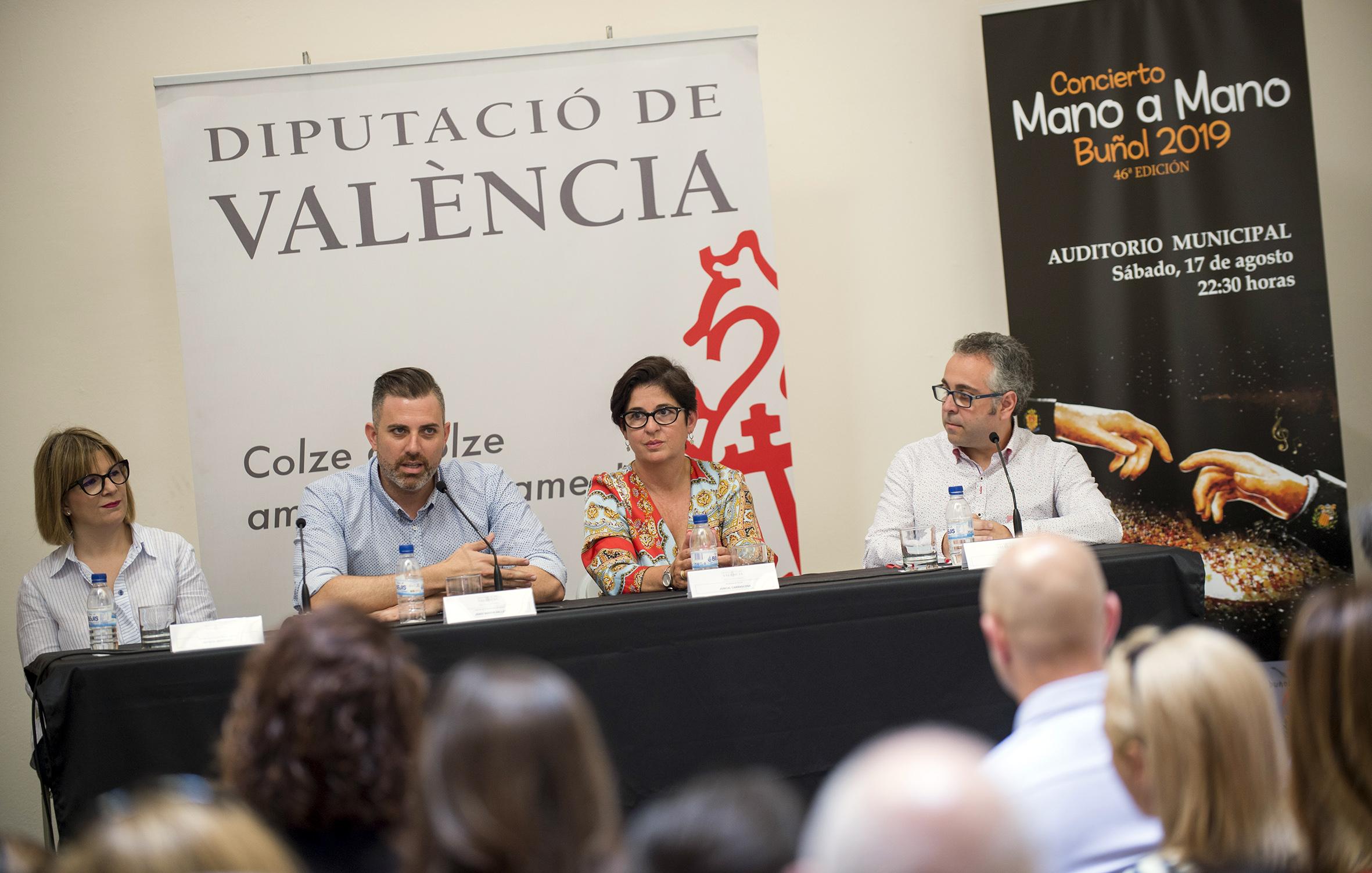 El presidente de la corporación provincial, Toni Gaspar, y el diputado de Bandas de Música, Jordi Mayor, dan la bienvenida a los protagonistas de un evento que tendrá lugar el 17 de agosto en Buñol.