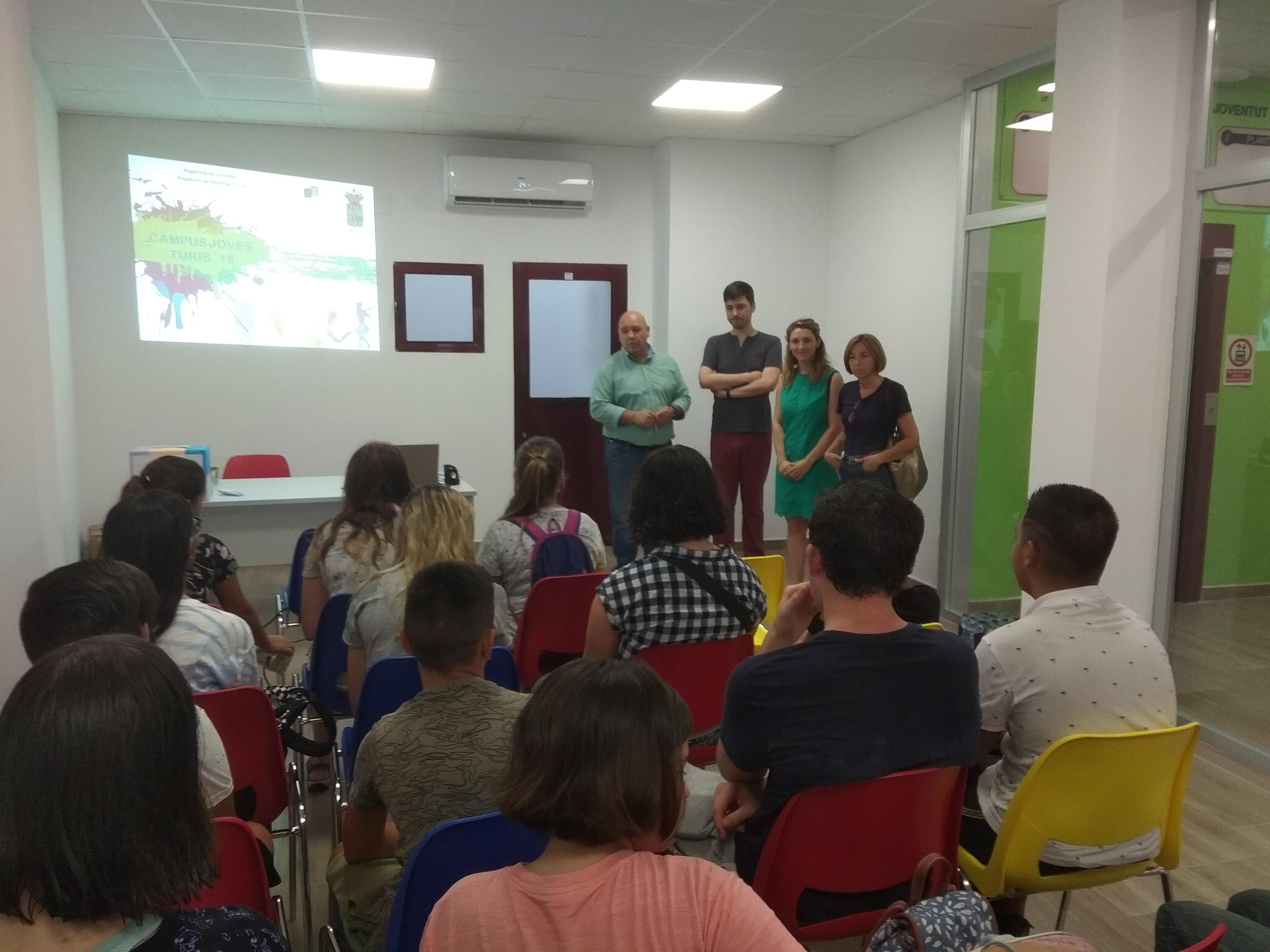 El Alcalde de Turís, Eugenio Fortaña, ha dado la bienvenida junto a los concejales de Juventud, Educación y Deportes, Rafa Algarra, Isabel Guaita y Mariado Crespo respectivamente, al grupo de jóvenes que va a participar en el Campus Joven 2019.