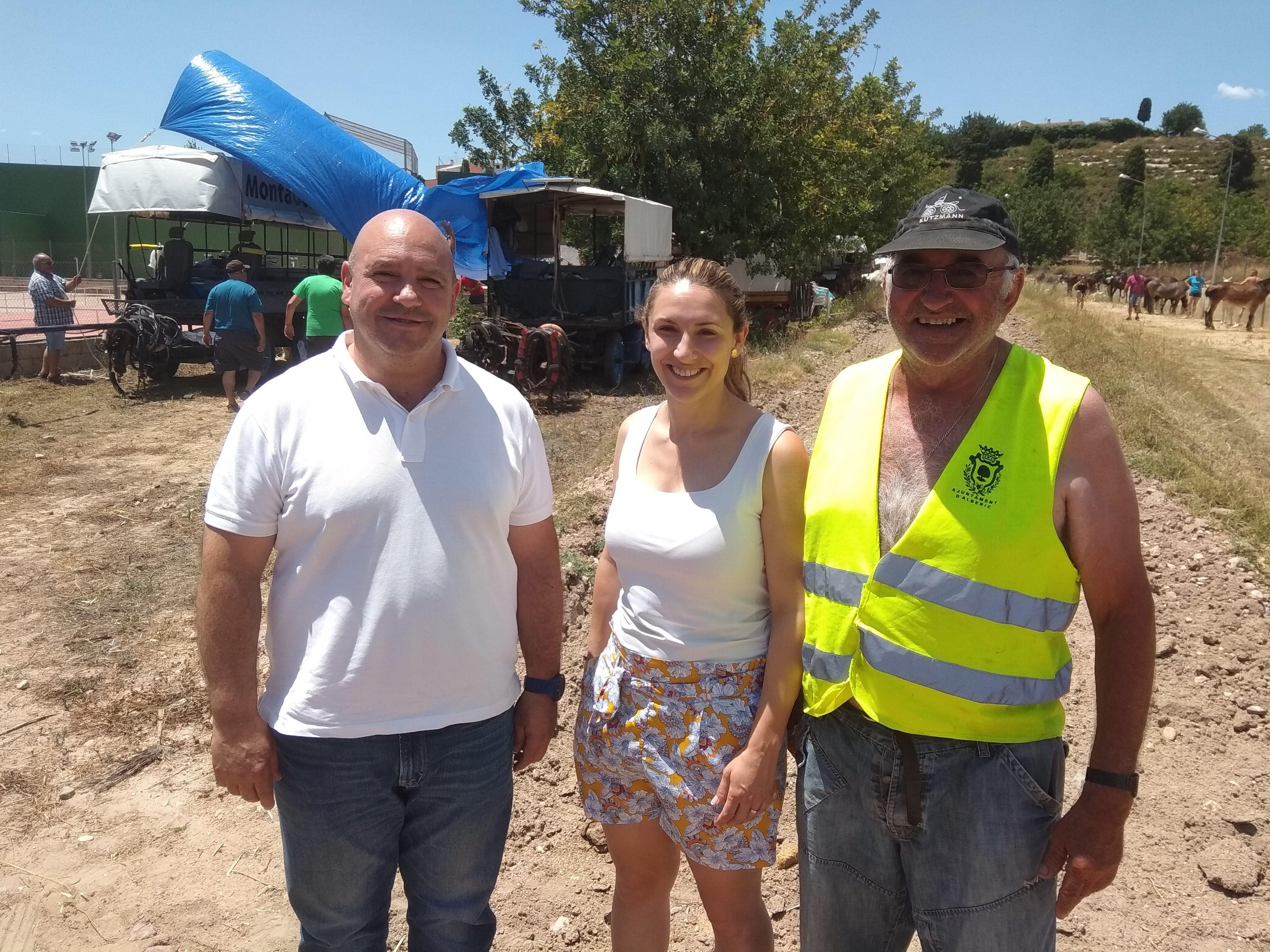 El Alcalde de Turís, Eugenio Fortaña, y la Concejala de Cultura, Isabel Guaita, han recibido la expedición que durante estos días está realizando la Vuelta en Carro a la Comunidad Valenciana.