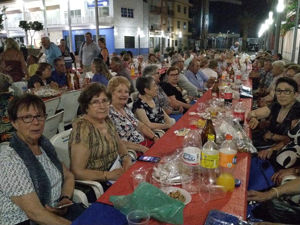 El Centro de Formación de Personas Adultas de Turís celebró el fin del curso 2018-2019 con la primera gran cena de hermandad que acoge este verano la plaza Vicent Ribes.