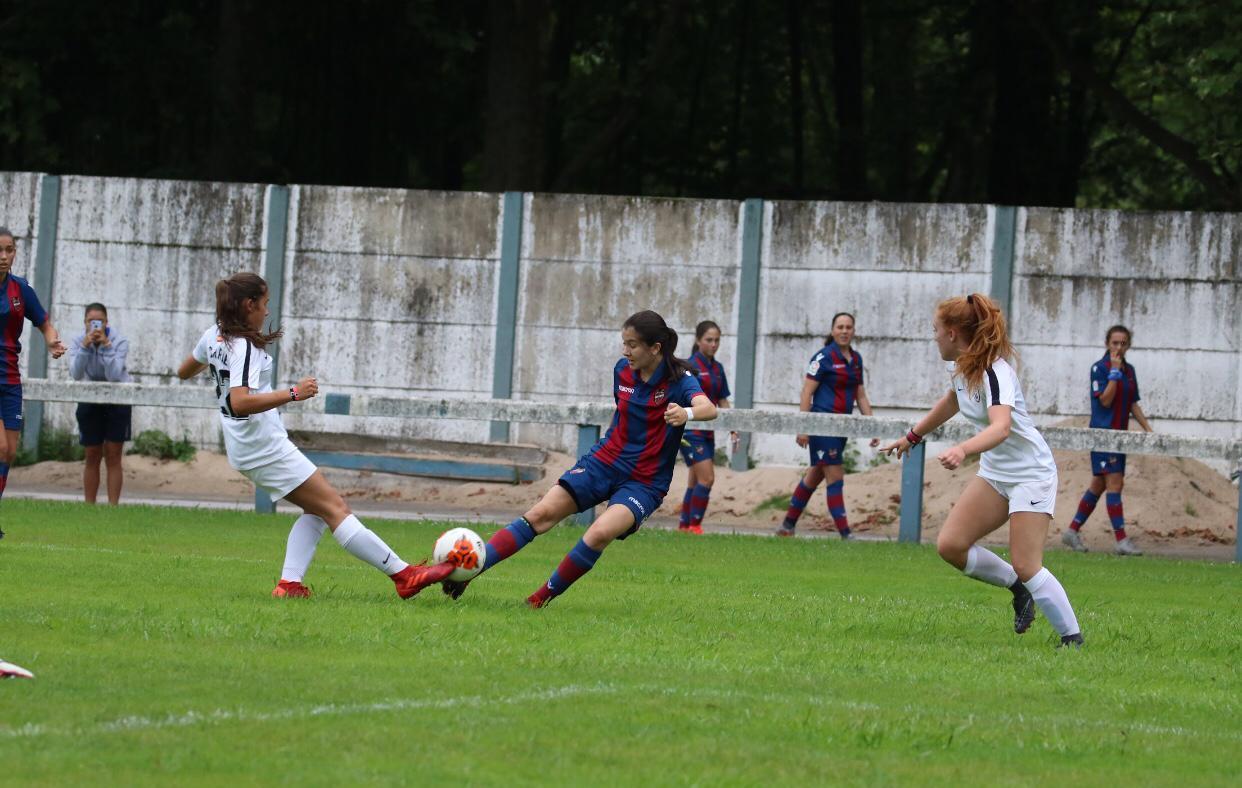 Las gemelas, Laia y Marta González Ruiz, juegan en el Levante C femenino.