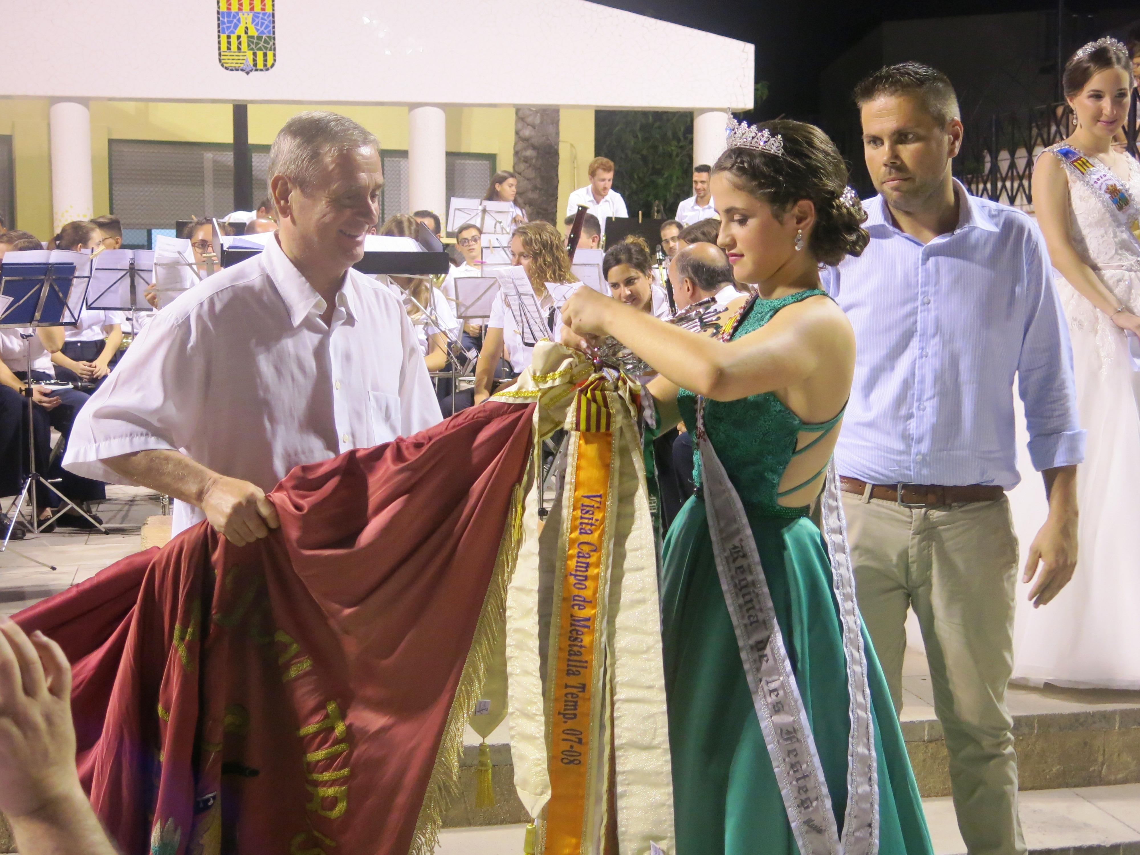La Reina de las Fiestas, María Sánchez, tuvo la ocasión de imponer un corbatín al estandarte de la banda como recuerdo de su reinado.