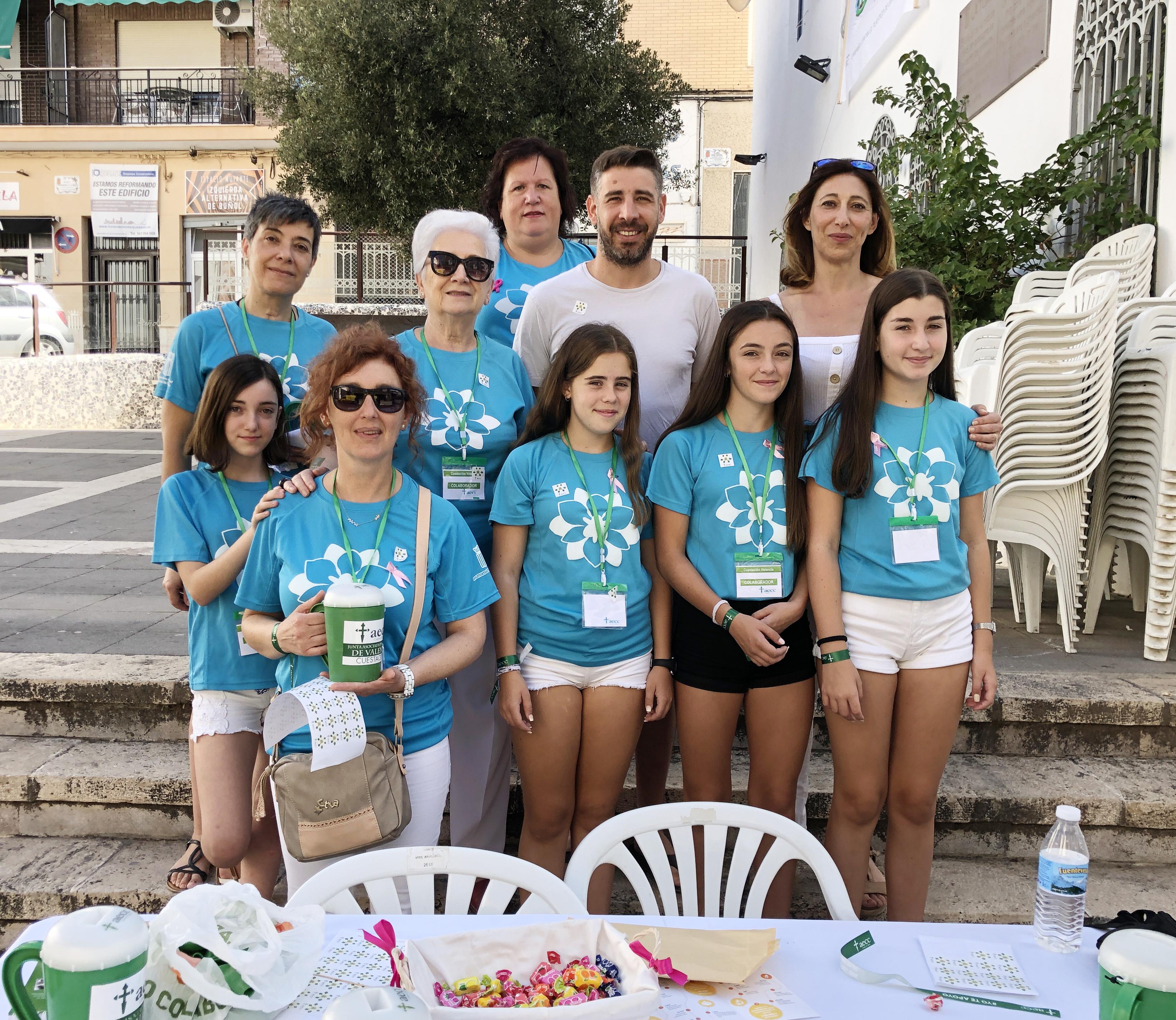La Concejala de Sanidad, Mati Mas, y el de Bienestar Social, Carles Xerri, junto a colaboradoras de la AECC la mesa petitoria de la Plaza del Pueblo.