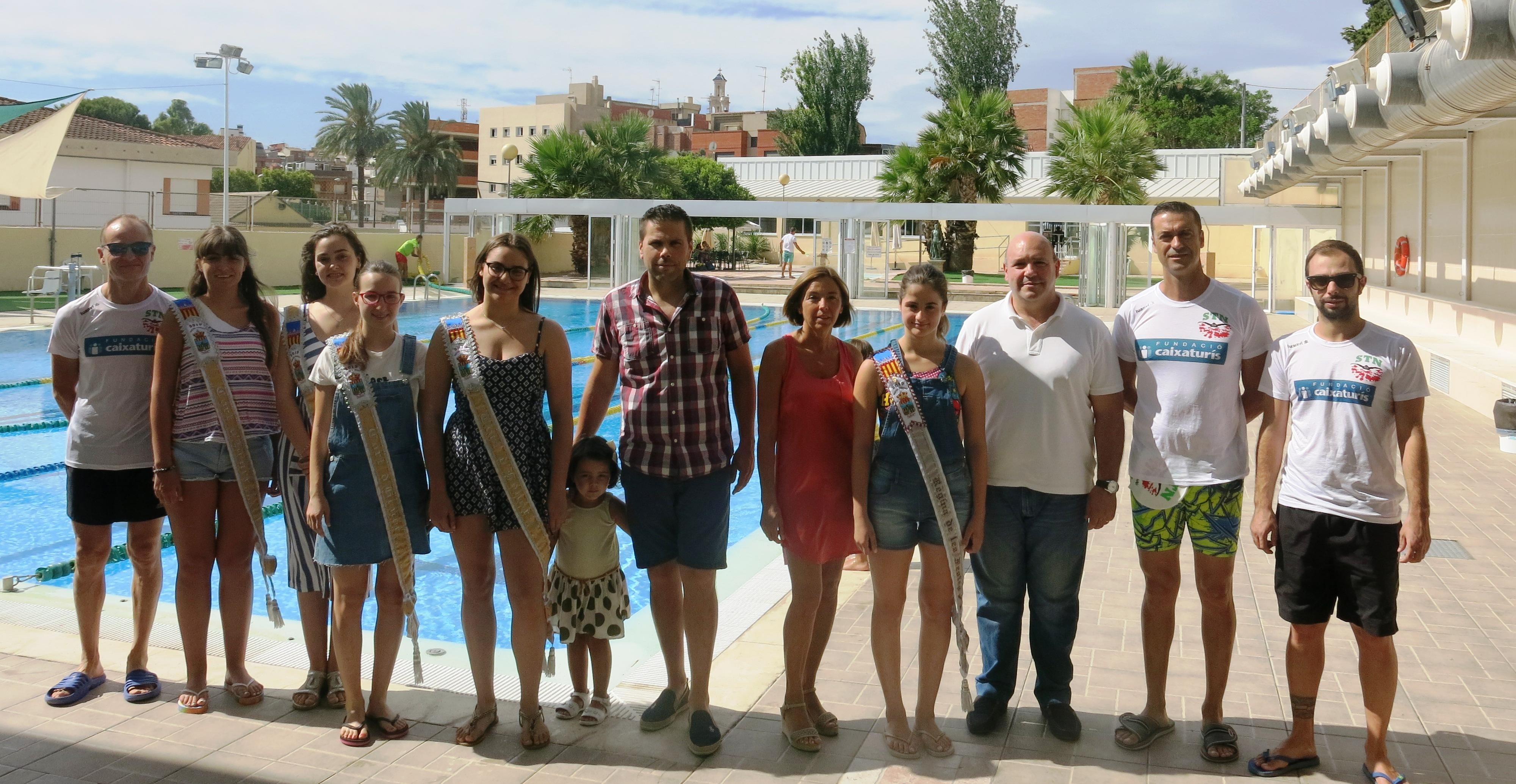 La Reina de las Fiestas, María Sánchez, y su Corte de Honor han colaborado con su donativo además de darse un buen chapuzón para participar en el evento deportivo.