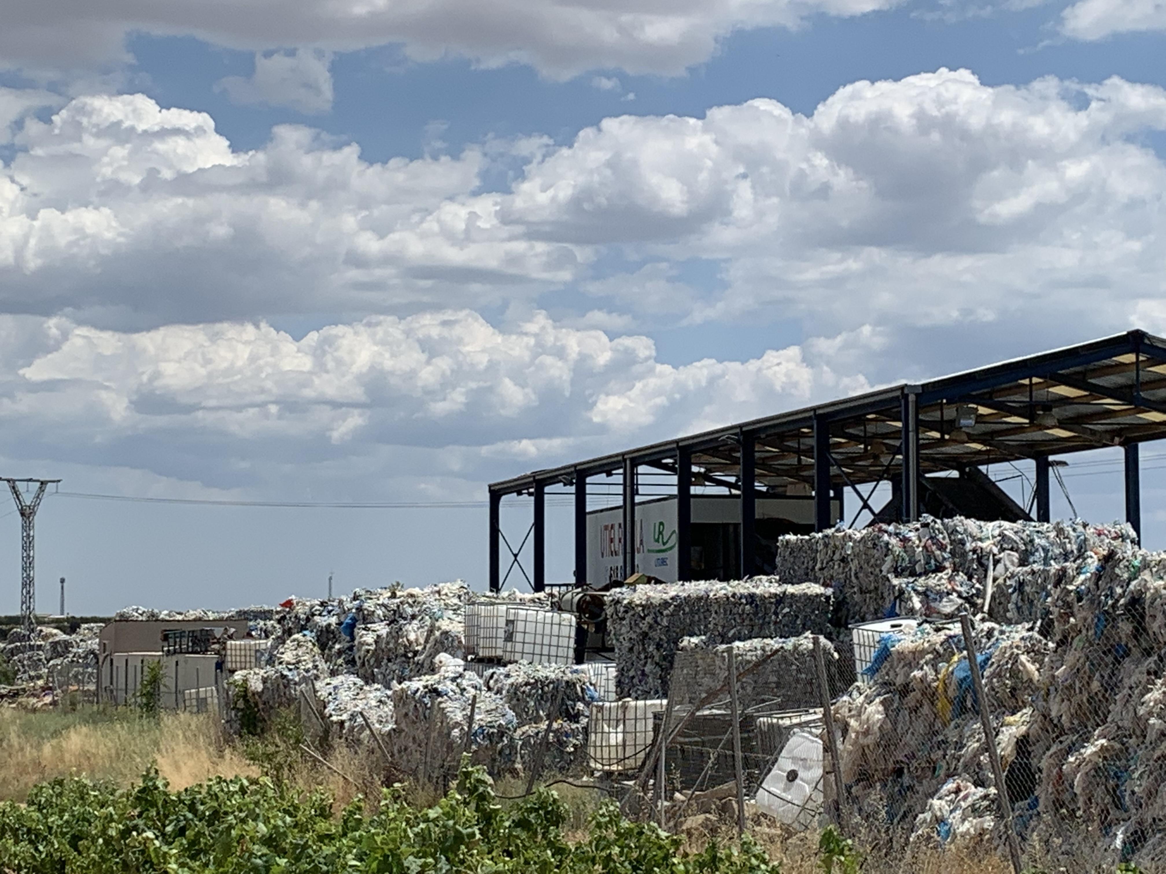 """La diputada del PPCV ha visitado la zona para comprobar como las viñas de Utiel se han convertido en """"un mar de plásticos"""""""