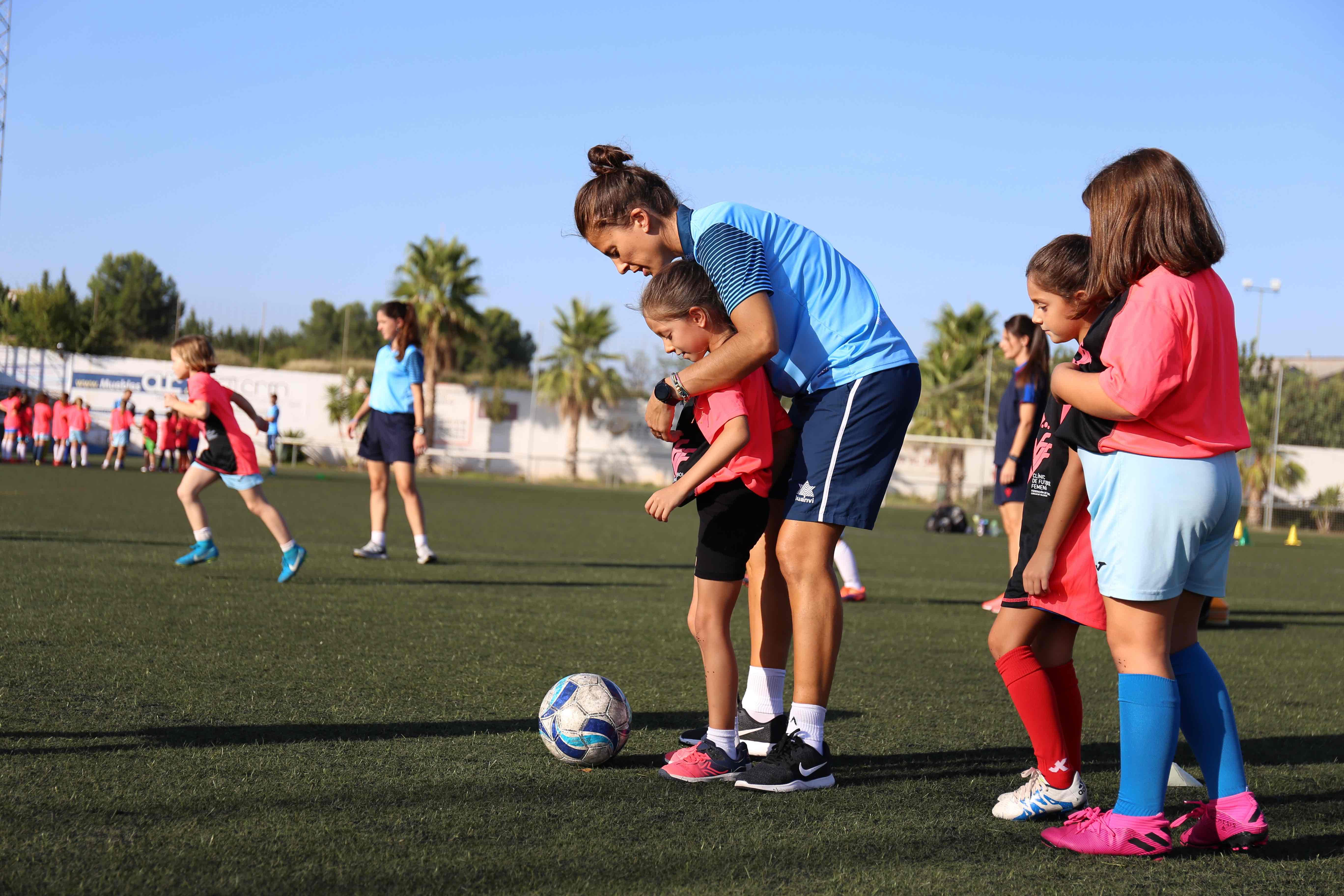 """Éxito del clínic de fútbol femenino organizado por la FFCV en el Campo """"La Viña"""" de Cheste."""