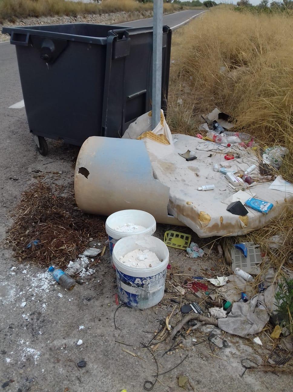 El servicio de baldeo y desinfección continúa desarrollándose en Cheste dos veces a la semana por parte de la empresa concesionaria del servicio de limpieza municipal, Fovasa.