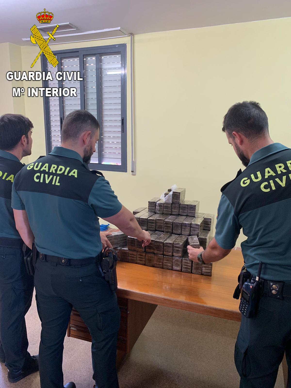 La Guardia Civil descubrió en el interior del maletero y en el asiento trastero de un vehículo 889 pastillas con un peso de 100 gramos cada una de hachis.