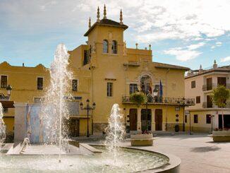 Ayuntamiento y plaza de Riba-roja del Túria.