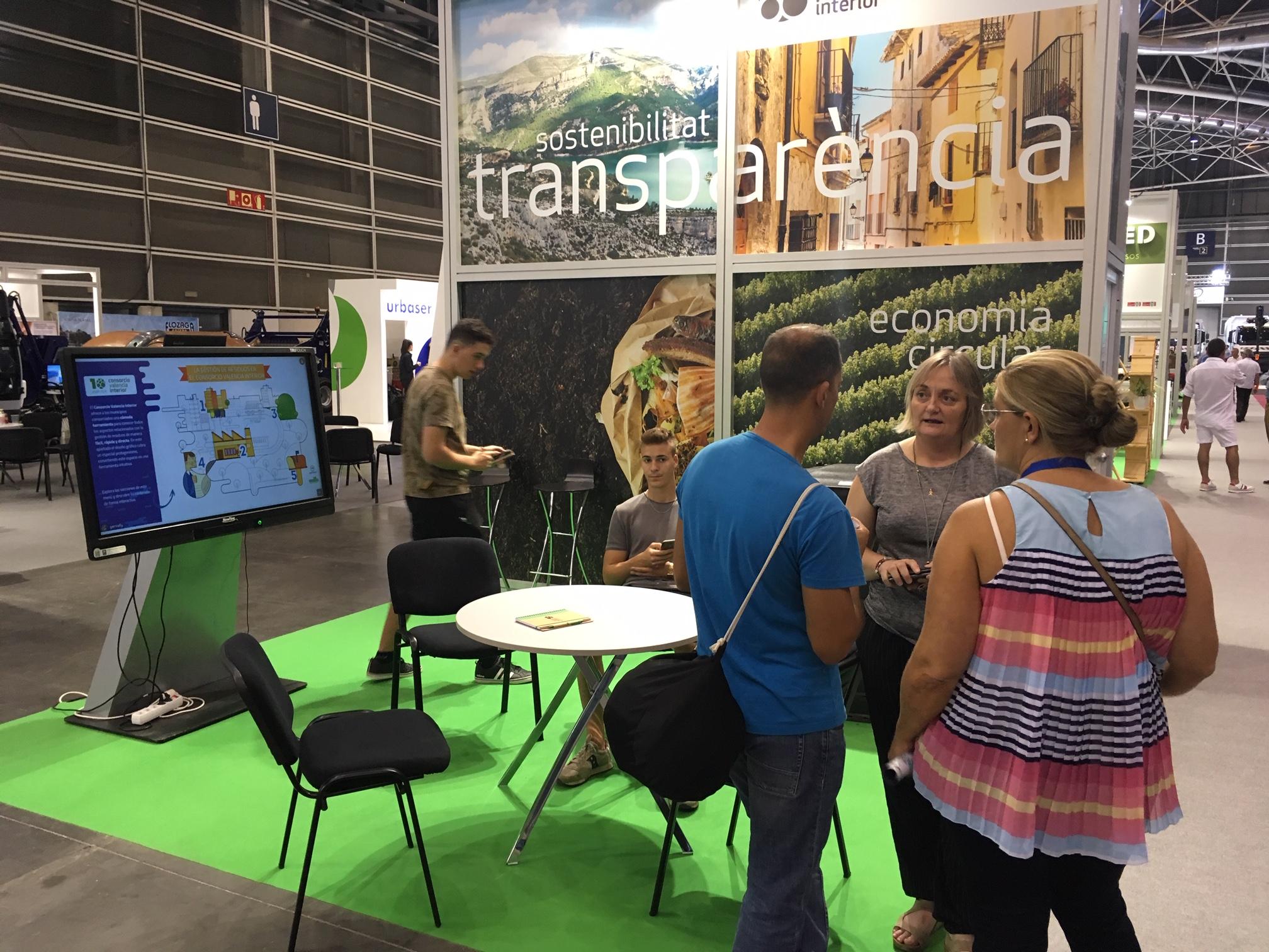 Los municipios se informan sobre las actividades del CVI en el expositor instalado en Feria Valencia.