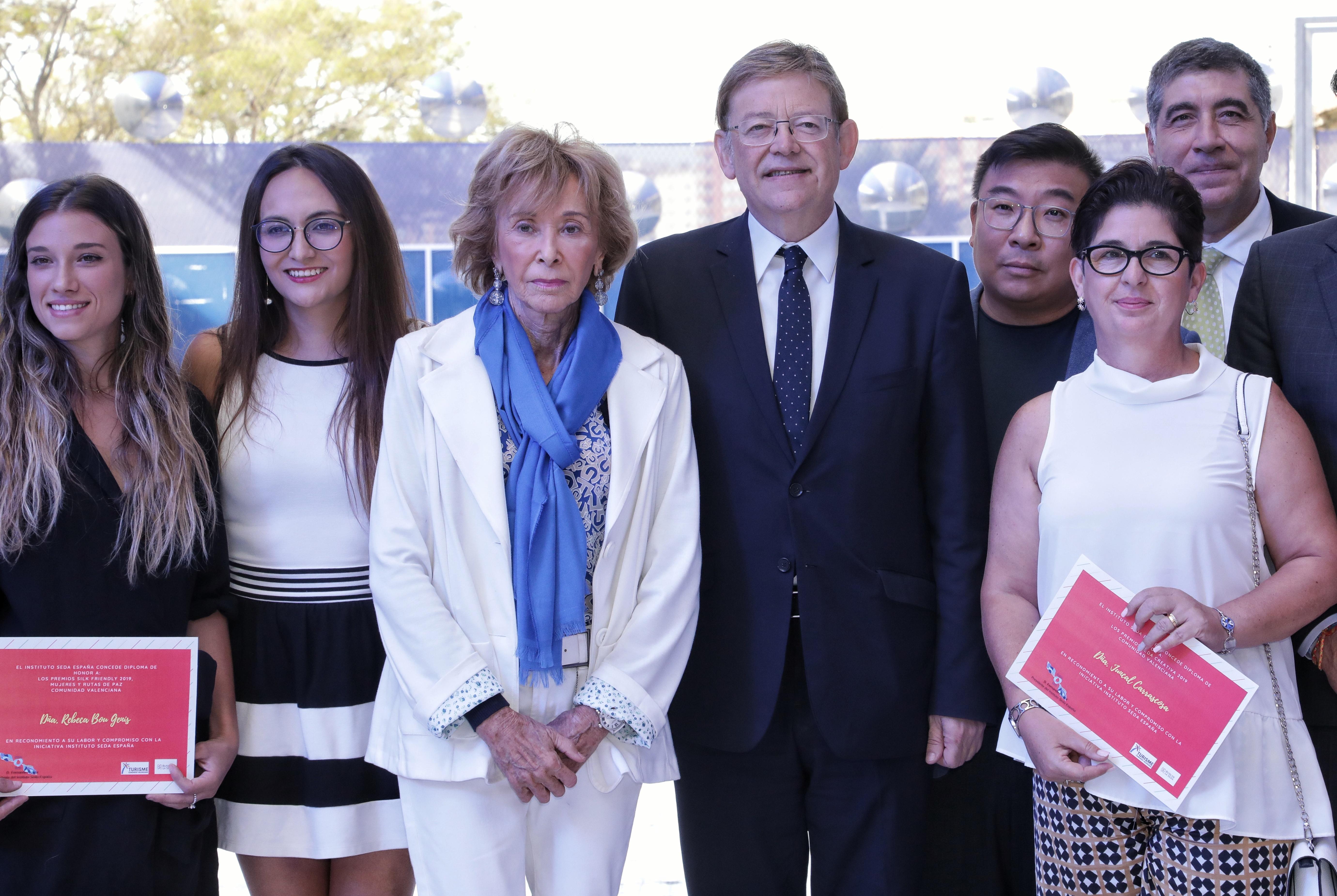 El president, Ximo Puig, junto a María Teresa Fernández de la Vega y la alcaldesa de Buñol, Juncal Carrascosa, entre otros.