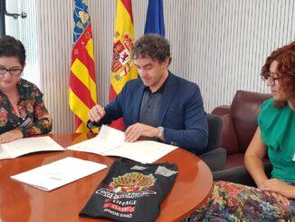 El secretario autonómico de Turisme, Francesc Colomer y la alcaldesa de Buñol, Juncal Carrascosa , han firmado un convenio de colaboración.