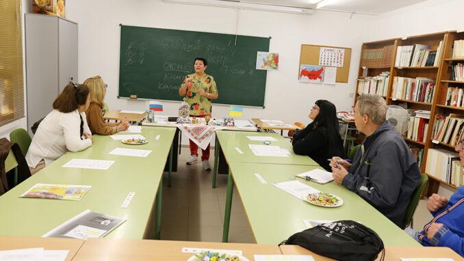 Vecinos y vecinas de Cheste de origen extranjero explican su cultura materna en el II Festival de Lenguas del Mundo.