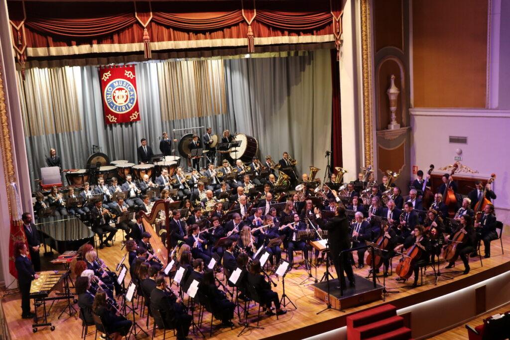 La banda de «La Artística» de Buñol en el escenario de Llíria.