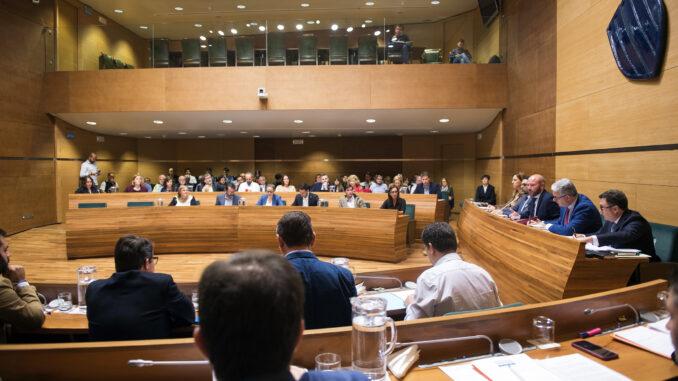 Los 6 grupos representados en el parlamento provincial deciden por unanimidad intensificar la cobertura a comarcas de interior, mejorar la CV-610 en La Vall y condenar los disturbios y la violencia en Cataluña.