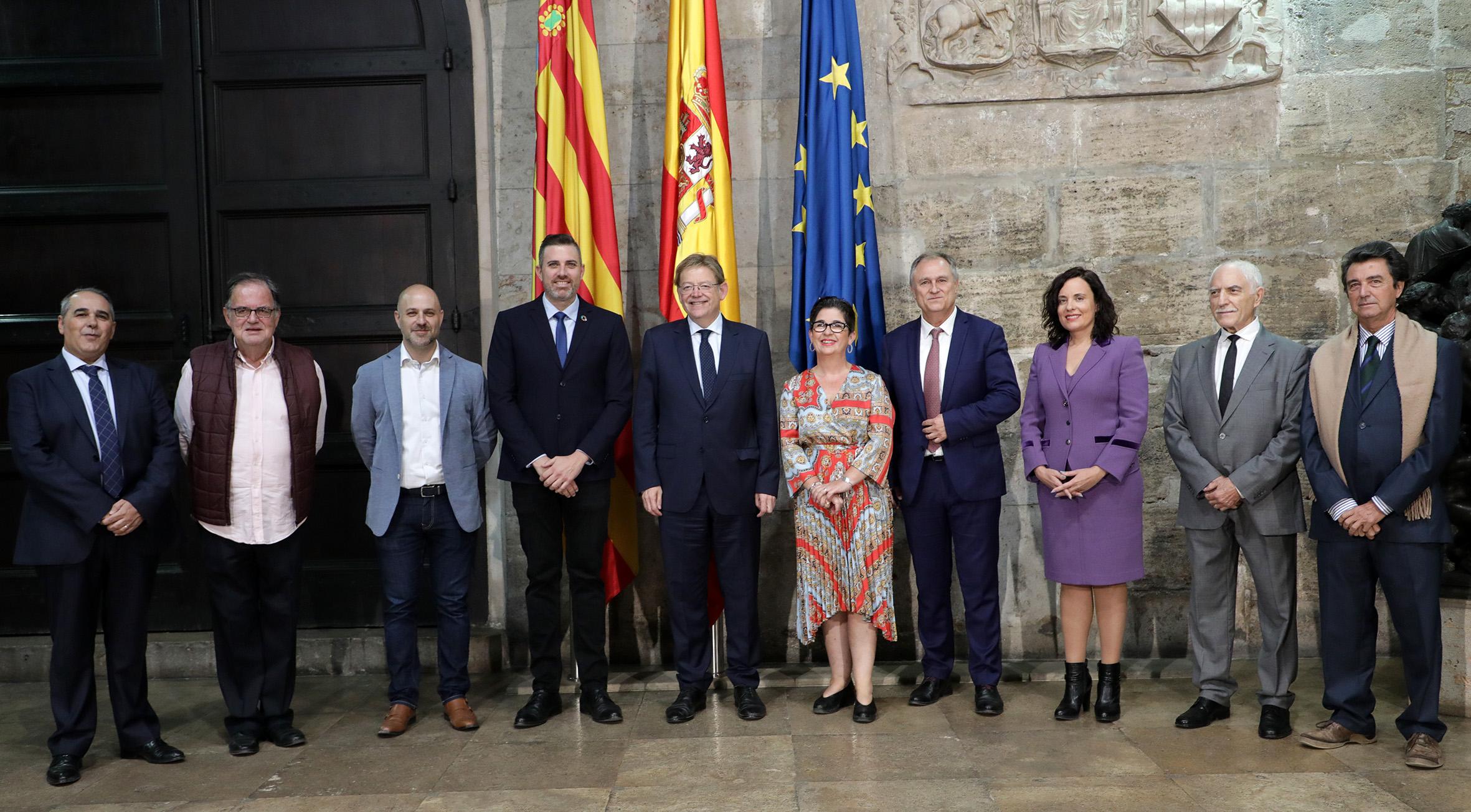 Ximo Puig con los alcaldes y alcaldesas así como a representantes de las bandas de música.