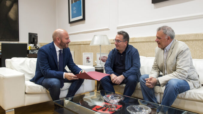 El presidente de la Diputació, Toni Gaspar, con el alcalde de Yátova, Miguel Tórtola, y el concejal Emilio García.