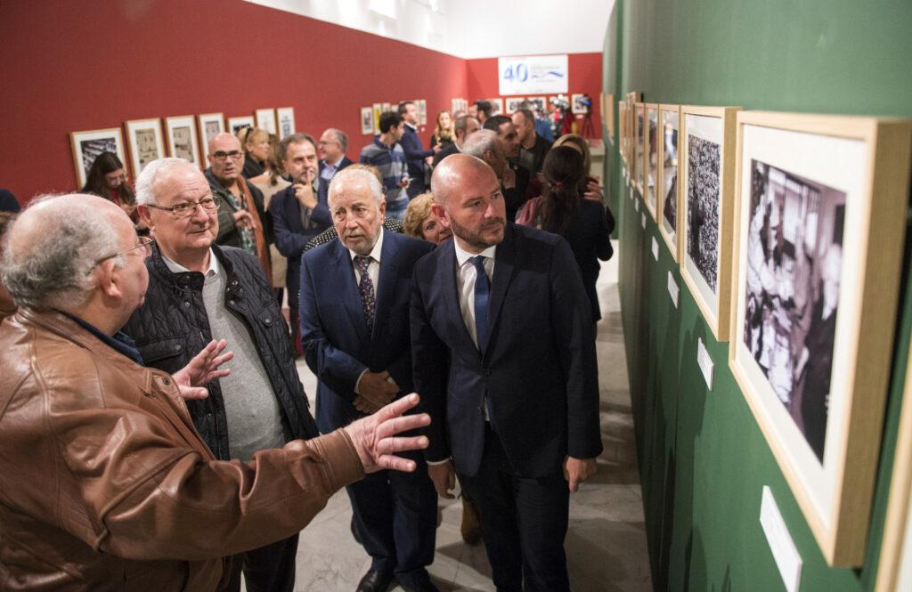 '40 años de Democracia local' incluye medio centenar de fotografías y documentos históricos de las primeras elecciones tras la Dictadura para conmemorar las cuatro décadas de ayuntamientos democráticos.