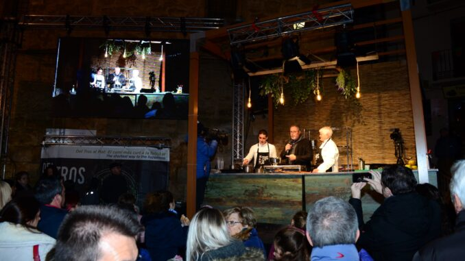 La chef Loles Salvador protagonizó el espectáculo gastronómico y congregó a numerosos vecinos y visitantes del certamen  frente a sus fogones.