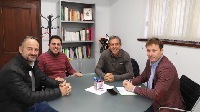Andrés Campos con Manuel Sierra y los responsables del CD Buñol.