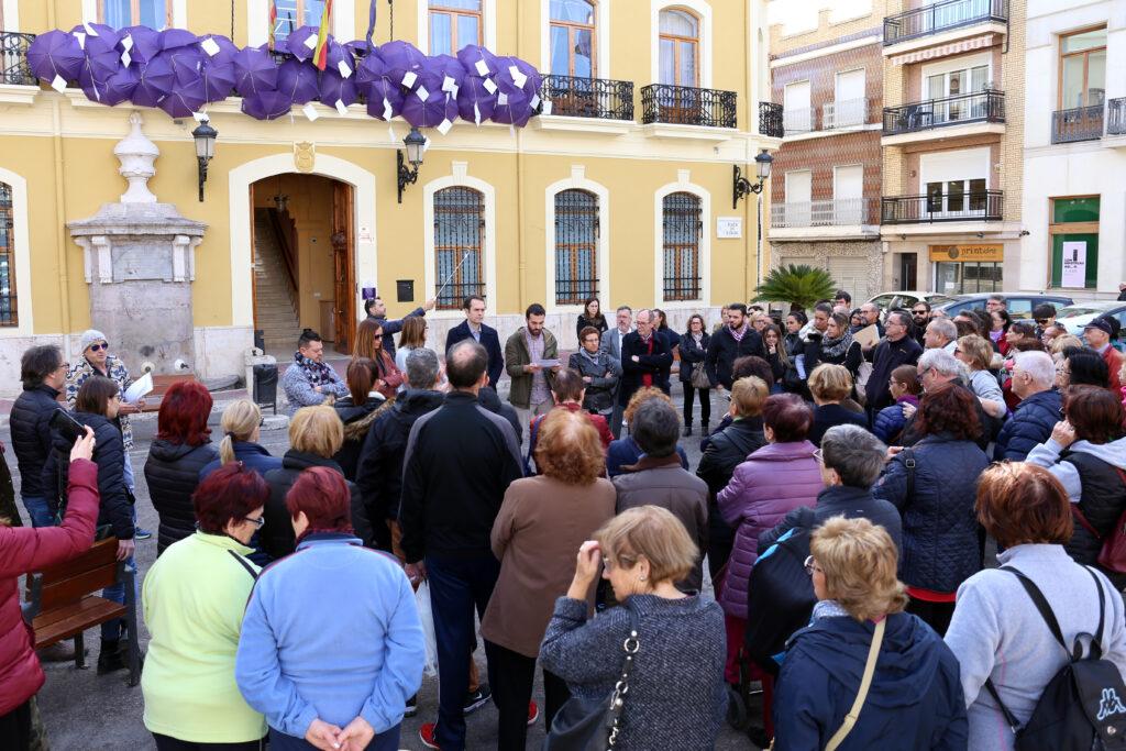 Decenas de personas se han congregado en la plaza Doctor Cajal con motivo del Día Internacional de la Eliminación de la Violencia Contra la Mujer