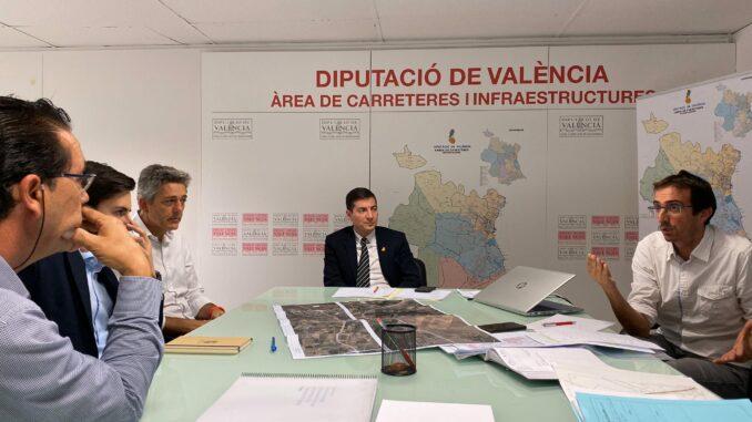 El diputado de Carreteras, Rafa García, se ha reunido con el alcalde de la Pobla de Vallbona, Josep Vicent García.