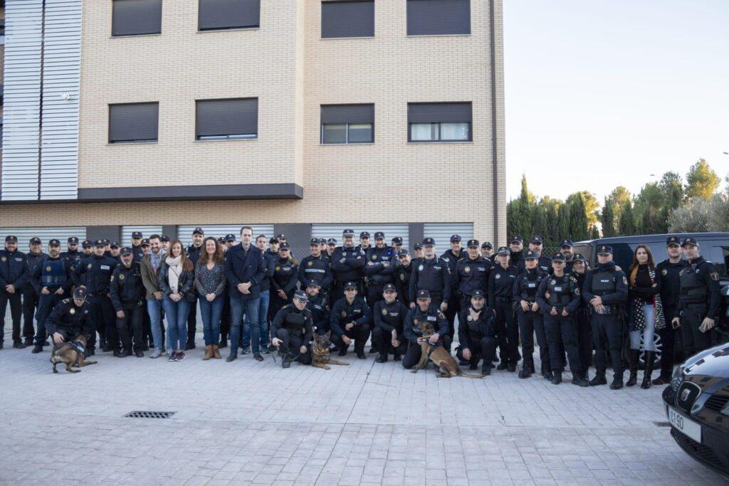 Efectivos de la Policía Local con el alcalde de Cheste.