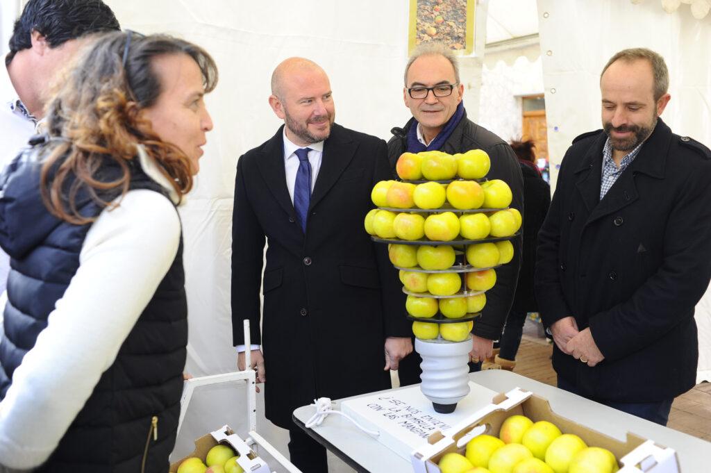 El presidente de la Diputació comparte con las vecinas y vecinos de Ademuz la Fiesta de la Manzana Esperiega.